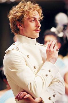 Aaron Taylor Johnson som Vronskij